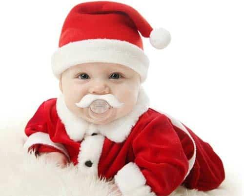 Disfraz de papá noel para el pequeño en la primera Navidad con nuestro bebé. El traje de Santa Claus le quedaba como un guante